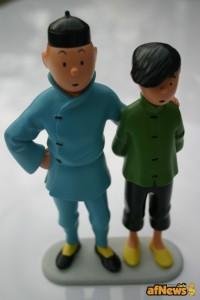 Statuetta basata sulla versione originale in legno di Patrick Regout – Tintin e Chang, oggetto anche di una vertenza legale: vedi su http://goo.gl/m2uYX4