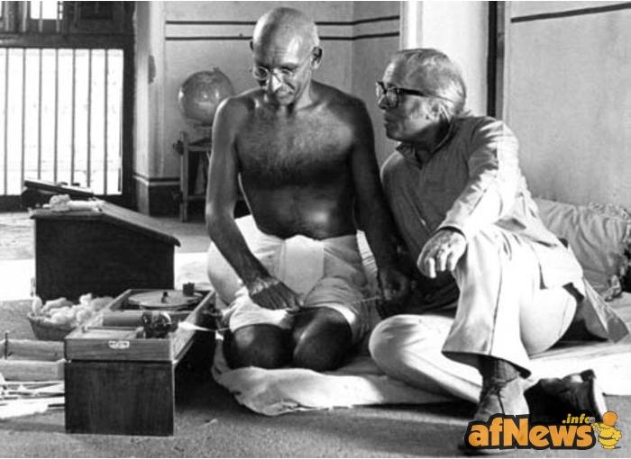 Attenborough con l'attore Ben Kingsley sul set di 'Gandhi'