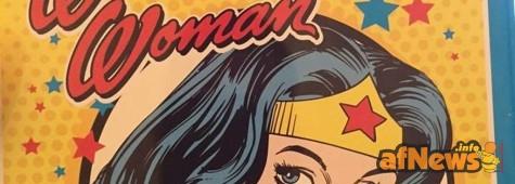 Il cestino per la scuola di Wonder Woman è troppo... Violento?!?
