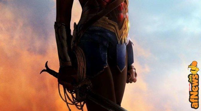 Gal Gadot mostra il poster di Wonder Woman